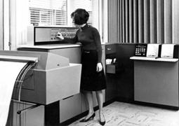 Gambar: Operator komputer bekerja di dalam ruang komputer